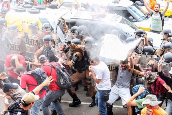 PM usou gás lacrimogênio contra manifestantes / Futura Press / Folhapress