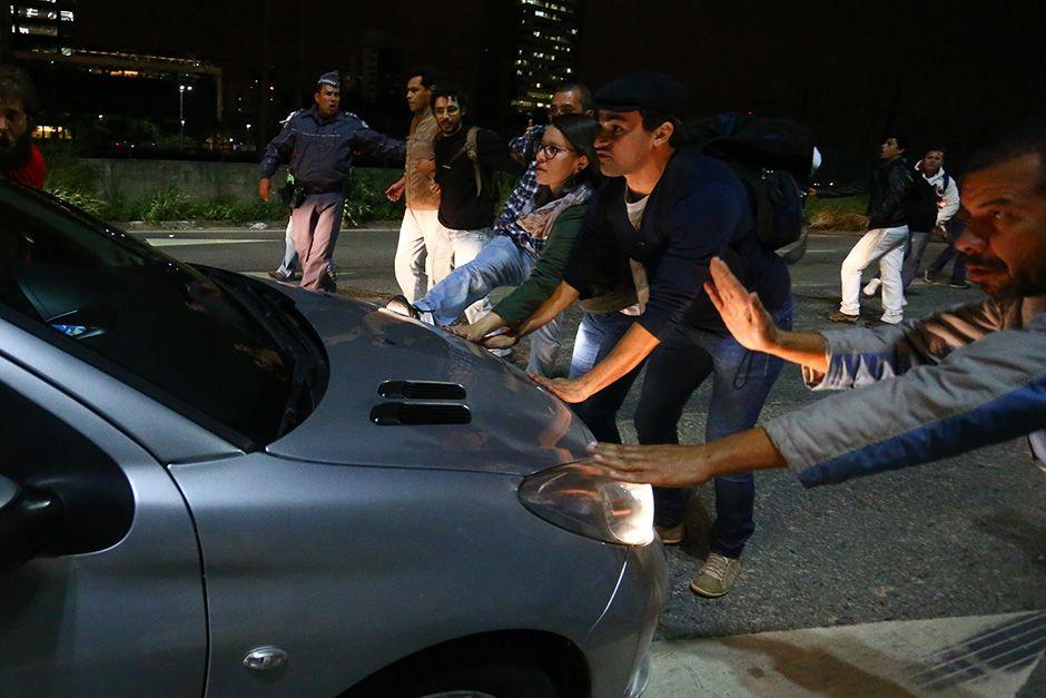 Manifestantes param carro na Marginal Pinheiros / Leonardo Benassatto/Futura Press/Folhapress
