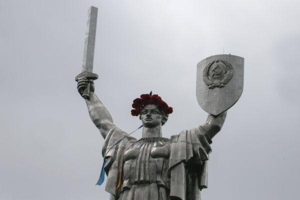 Monumento ganhou coroa simbólica de flores vermelhas / GLEB GARANICH / REUTERS