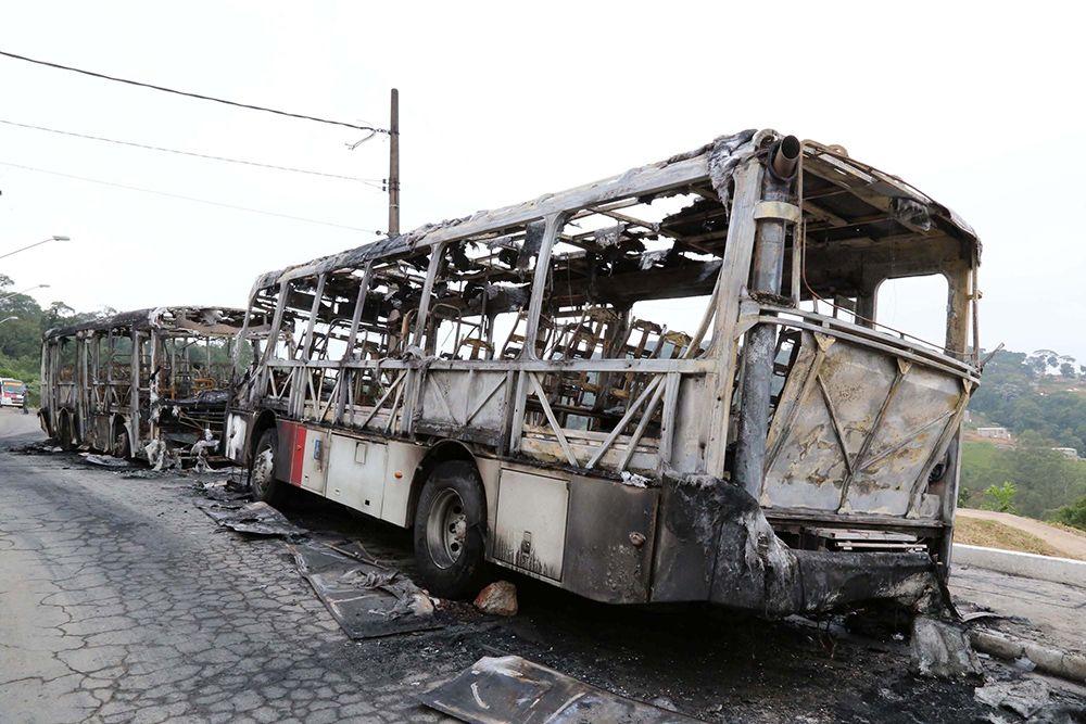 Veículos estavam parado no ponto final  / Edison Temoteo/Folhapress