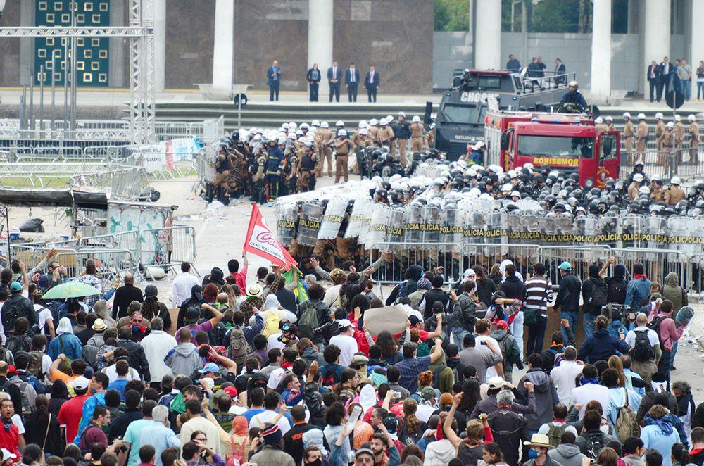 Manifestação no Paraná terminou com mais de 200 feridos no final do mês passado / Gel Lima/Folhapress