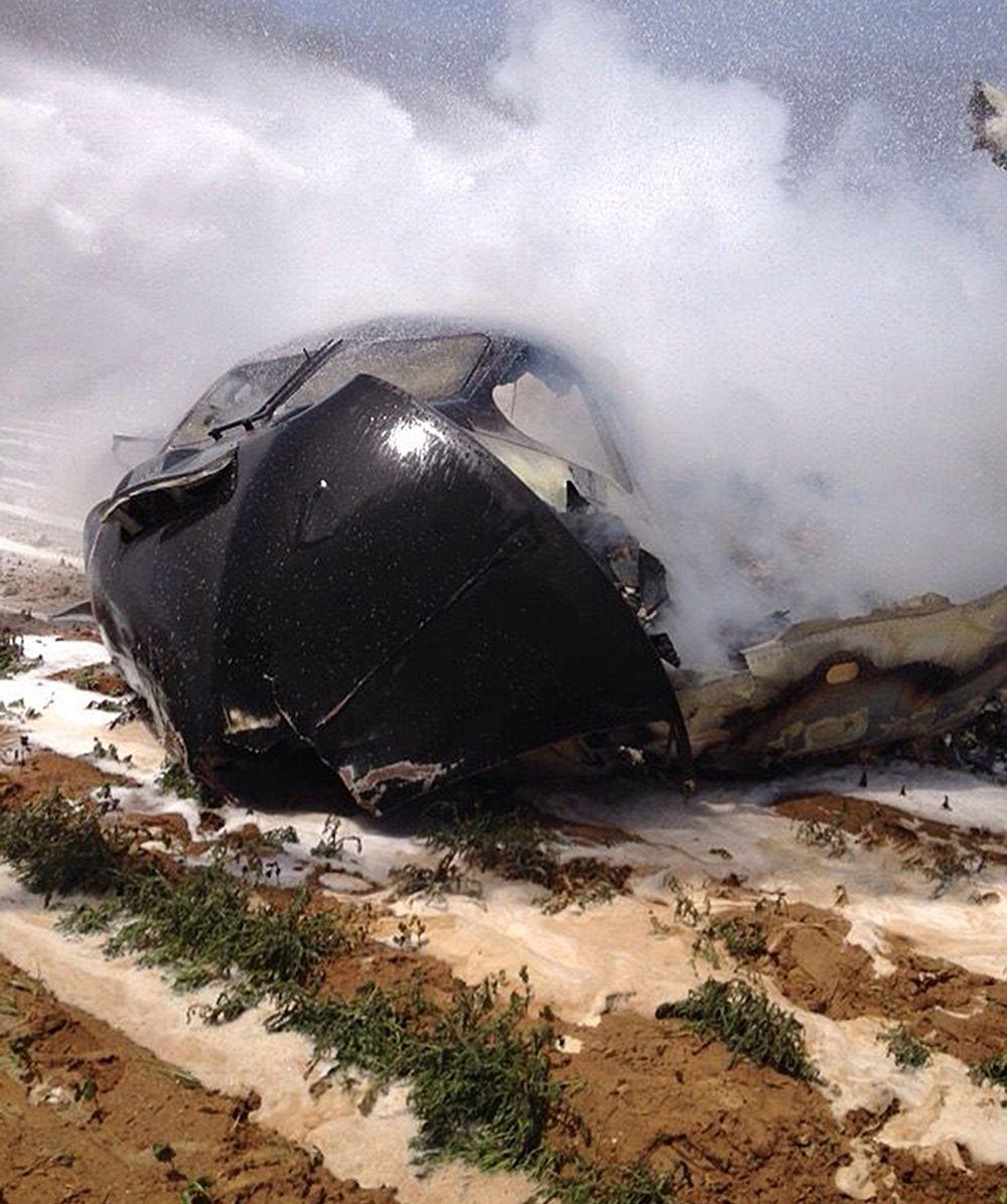 Imagem feita pelos bombeiros mostra os destroços da aeronave / Bomberos del Ayuntamiento de Sev/AFP