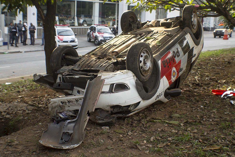 Dois policiais ficaram feridos com o acidente / Marcelo Gonçalves/Folhapress