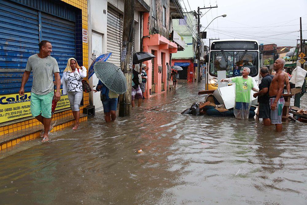 Temporal deixa moradores ilhados em Salvador / Ana Macedo/Folhapress