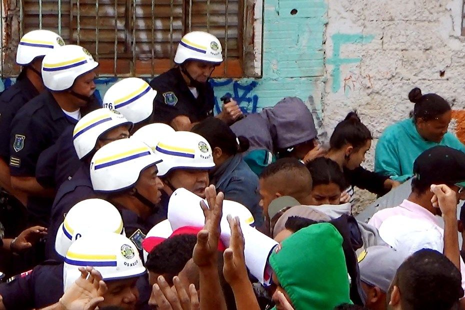 Famílias deixam terreno ocupado em Osasco / Marcos Bezerra/Futura Press/Folhapress