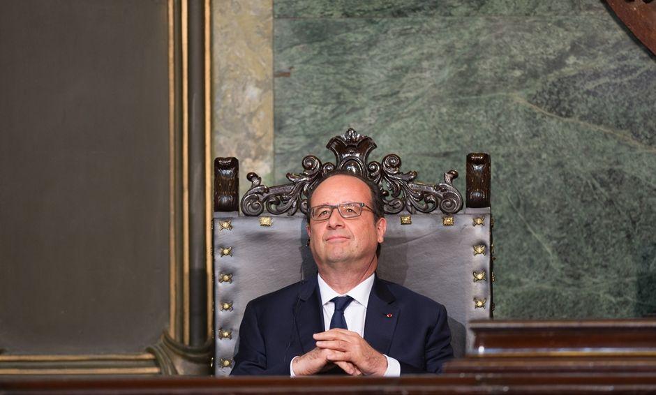 Hollande é primeiro líder europeu a viajar à ilha em 55 anos / YAMIL LAGE / AFP