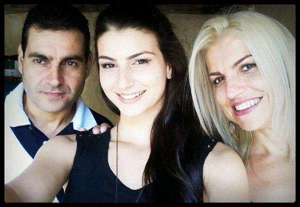 Miss Ribeirão Preto entre o pai, Toni, e a mãe, Letícia, eleita em 1991