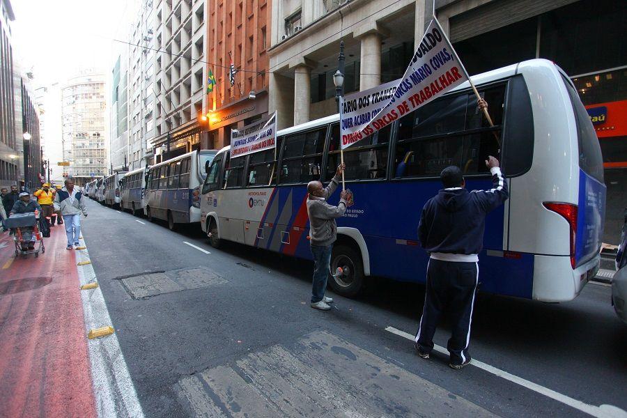 No total, 66 pessoas e 40 micro-ônibus fazem o protesto e interditam duas faixas / Leonardo Benassatto/Futura Press/Folhapress