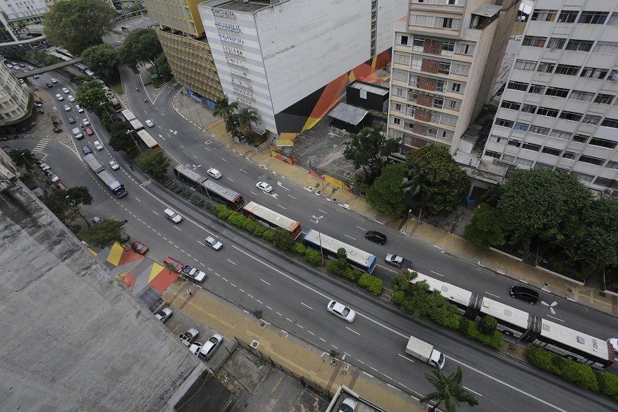 Nesta manhã, uma fila de ônibus se concentrou na Avenida Nove de Julho, no centro de SP / Nelson Antoine/Frame/Folhapress
