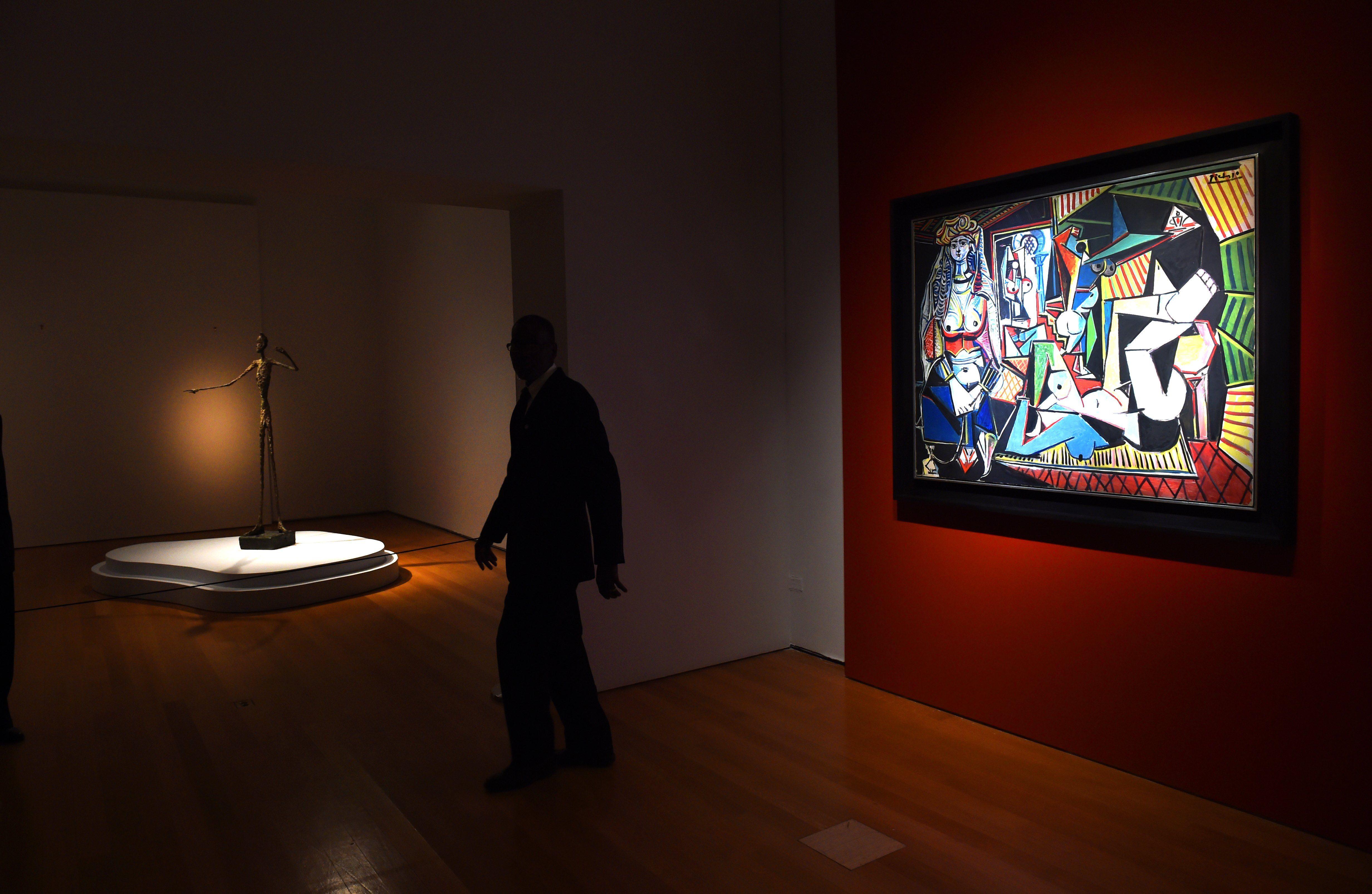 Escultura de Giacometti e quadro de Picasso em exposição