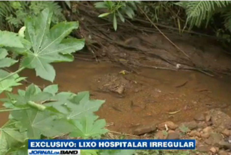 Água usada para limpar lixo hospitalar é despejada em córrego / Reprodução/Jornal da Band