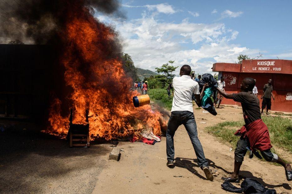 Moradores da vila de Musaga atearam fogo a móveis para também protestar contra o presidente
