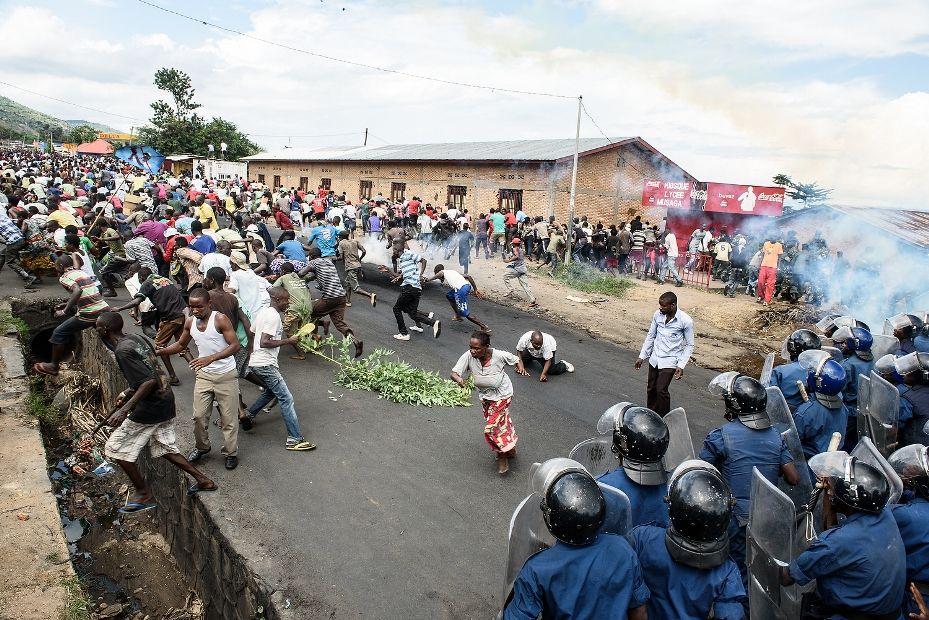 Soldados dispersam multidão que protestava contra presidente do Burundi / Jennifer Huxta / AFP
