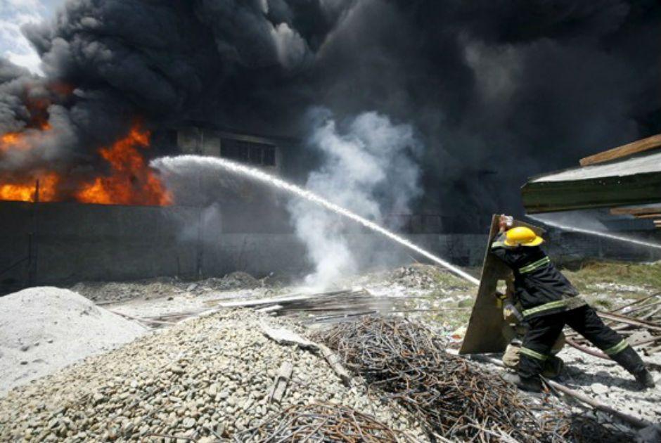 Bombeiros tentam controlar incendio nas Filipinas