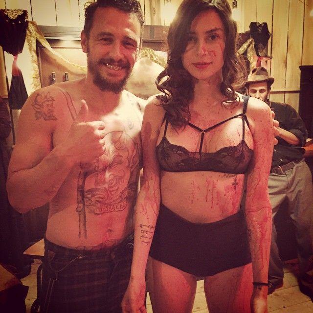 Casal posa ensanguentado nos bastidores / Divulgação/Instagram