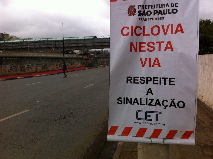 Placa da CET pedindo que o motorista respeite uma ciclovia que não existe