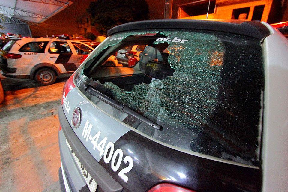 Além do policial baleado, na troca de tiros duas viaturas também foram atingidas / Nivaldo Lima/Futura Press/Folhapress
