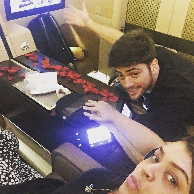 O casal foi recebido com pétalas de rosas pela companhia aérea / Divulgação/Instagram