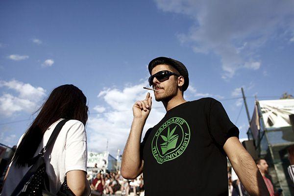Maconha foi descriminalizada em alguns estados dos EUA, mas é ilegal no Brasil / Kostas Tsironis / Reuters