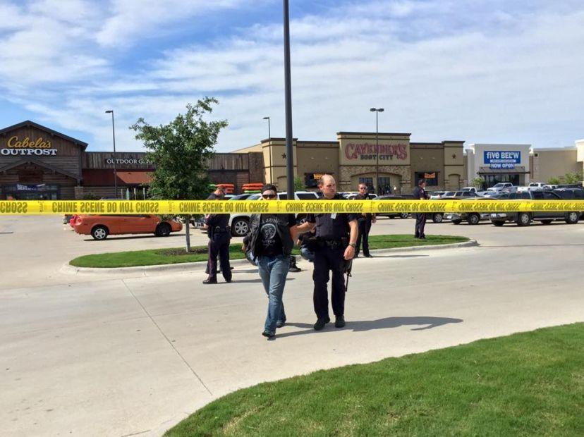Policial escolta homem no local do tiroteio / REUTERS/Waco Police Department/Handout