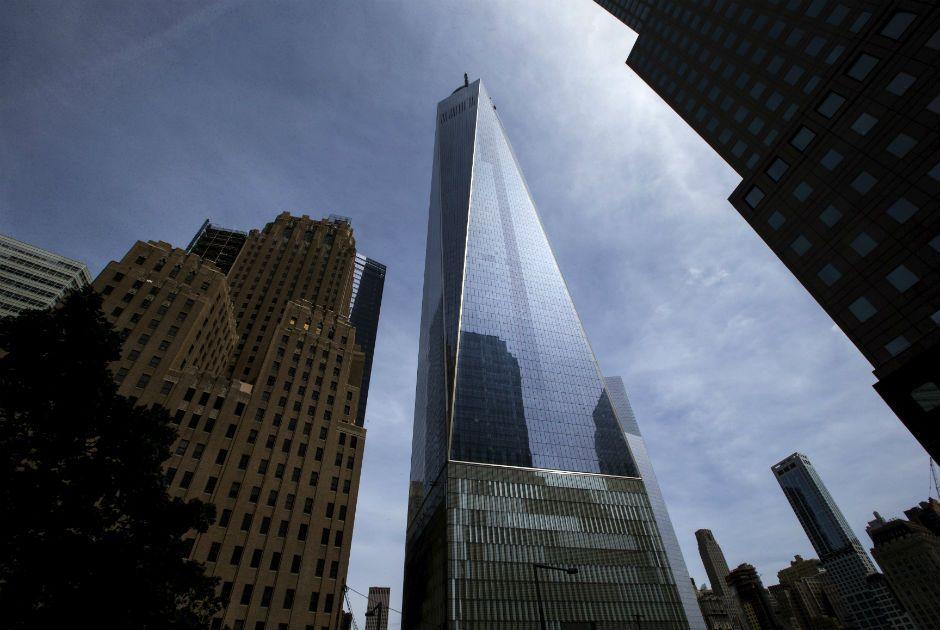 A torre One World Trade Center vista da West Street em Nova York