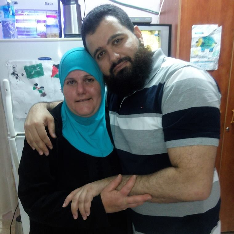 Islam Hamed com a mãe Nadia / Reprodução/Facebook