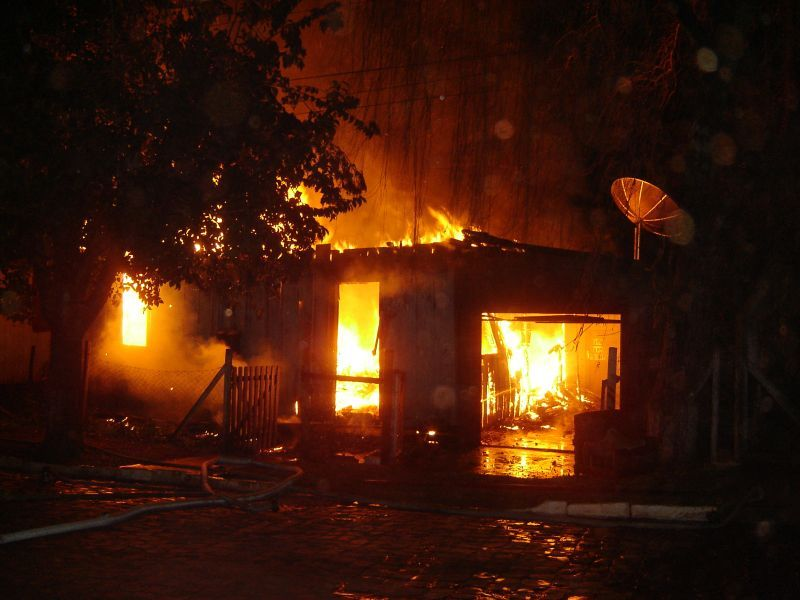 Resultado de imagem para foto casa incendiando