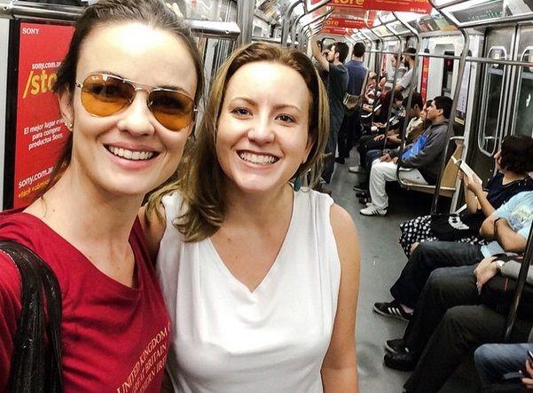 Carolina Kasting encontra fã brasileira em metrô / Divulgação/Instagram
