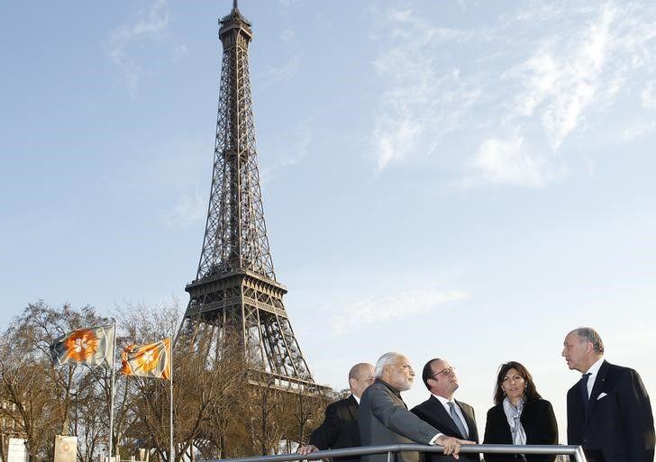 Autoridades conversam perto da Torre Eiffel em Paris / Benoit Tessier/Reuters