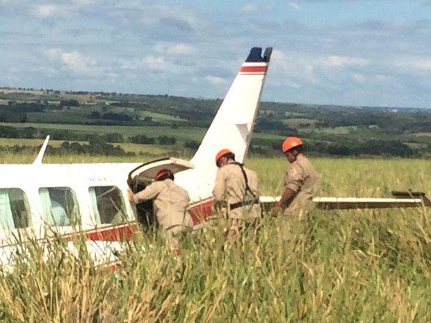 Avião fez pouso forçado em pasto, a 30 metros de estrada / Divulgação/Corpo de Bombeiros