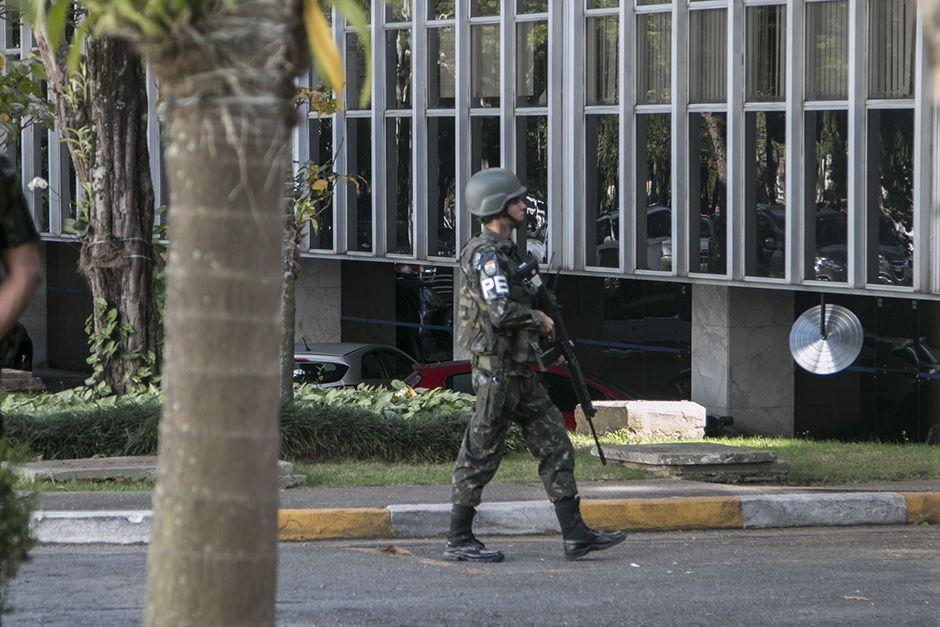 Soldado caminha na sede da Sabesp, na zona Oeste de SP / Taba Benedicto/Folhapress