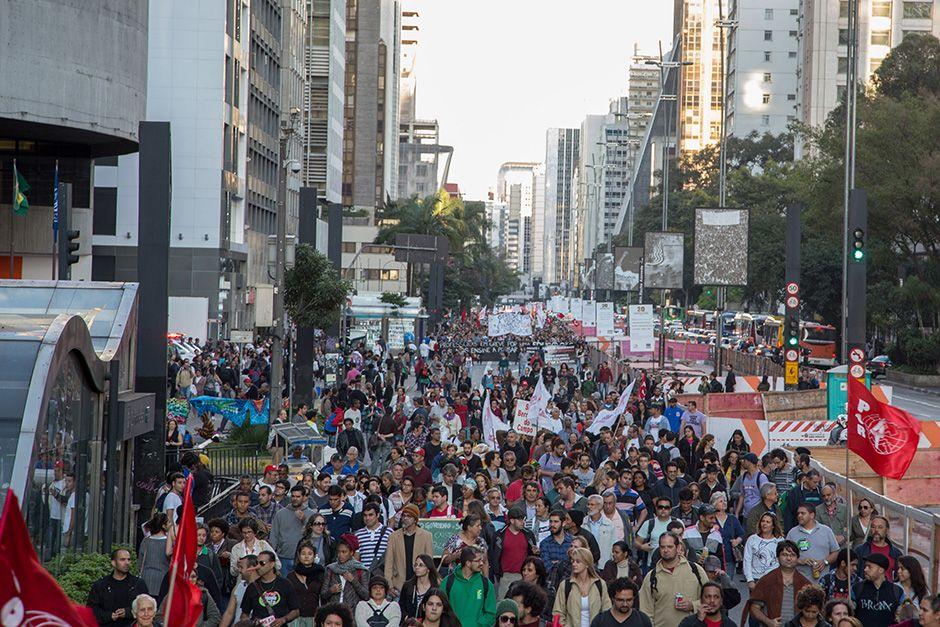 Professores caminham na Avenida Paulista / Futura Press/Folhapress