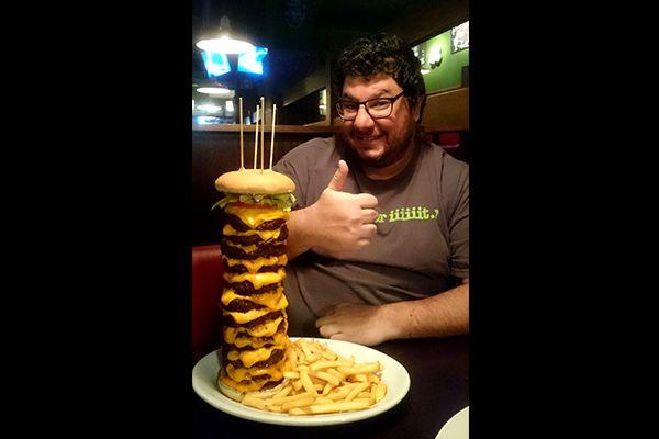 Lanche leva 12 hambúrgueres de 200g cada / Divulgação