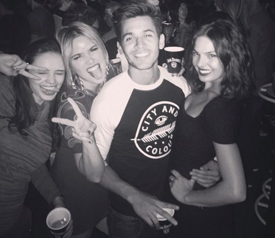 Isis Valverde curte festa com os amigos / Divulgação/Instagram
