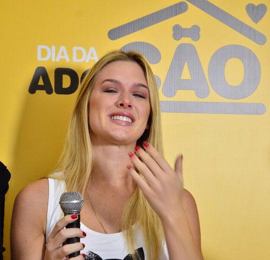 Fiorella Mattheis se emociona em evento / Henrique Oliveira/AgNews