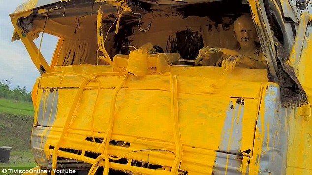 Motorista é registrado após acidente com caminhão carregado de tinta / Reprodução