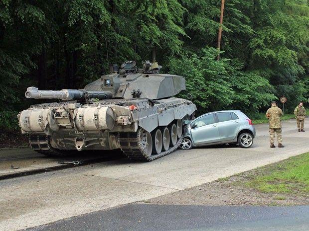 Blindado passa por cima de carro na Alemanha
