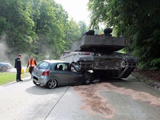 Blindado passa por cima de carro na Alemanha / Polícia de Lippe