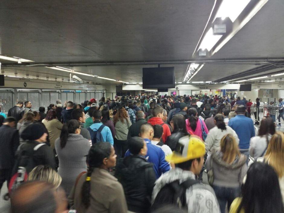 Passageiros enfrentam longas filas na estação Itaquera, da CPTM / Willian Kury/Rádio Bandeirantes