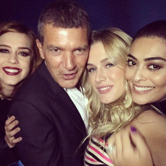 Antonio Banderas posa entre Sophia Abrão, Juliana Paes e Fiorela Mattheis / Divulgação/Instagram