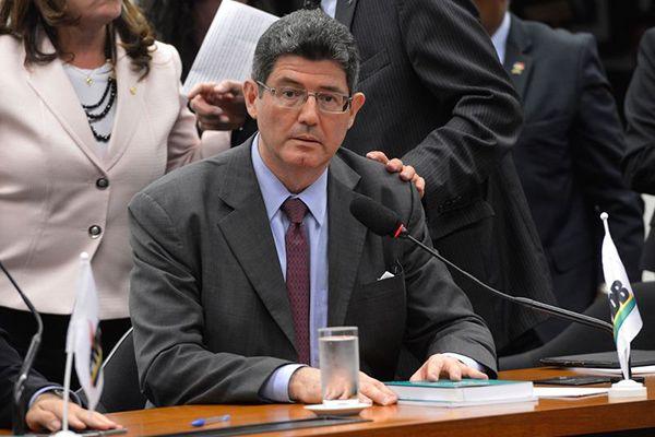 Ministro deixou a unidade médica de carro e acenou para jornalistas / Wilson Dias / Agência Brasil/ Arquivo