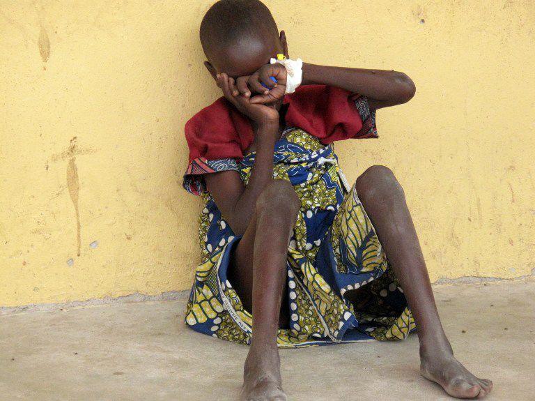 Menina resgatada de cativeiro do Boko Haram / Stringer/AFP