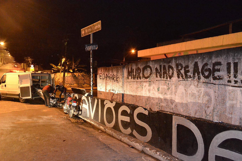 Suspeitos bateram em um muro / Edu Silva/Futura Press/Folhapress
