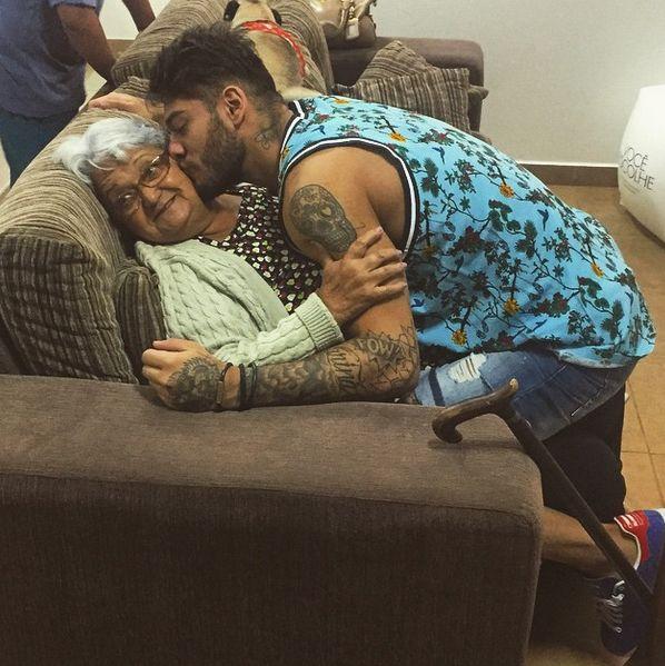Cantor Lucas Lucco enche a avó de beijos / Divulgação/Instagram