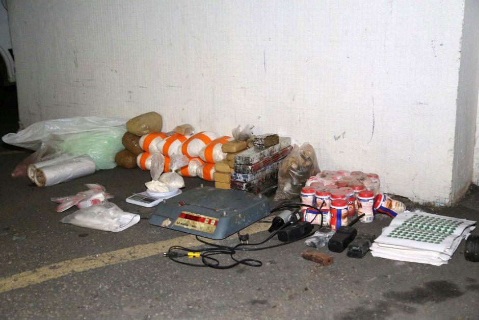 No local, polícia apreendeu grande quantidade de drogas / Edison Temoteo/Futura Press/Folhapress