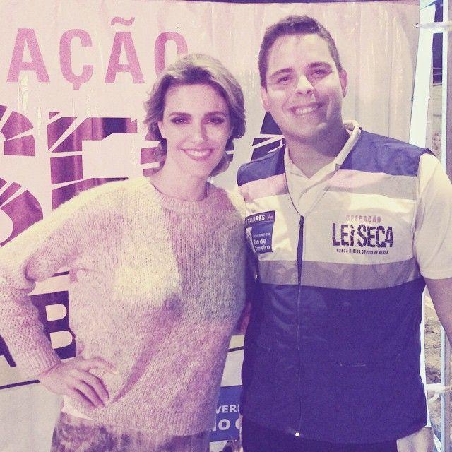 Fernanda Lima posa ao lado de agente da Lei Seca / Divulgação/Instagram
