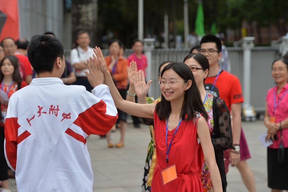 Professores animam estudantes antes da temida prova / STR / AFP