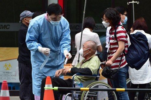 Homem com suspeita de Mers espera para ser atendido em hospital da capital / Jung Yeon-Je/AFP