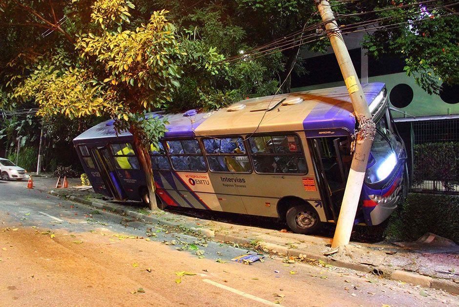 Coletivo bateu também contra uma árvore antes de atingir o poste / Nivaldo Lima/Futura Press/Folhapress