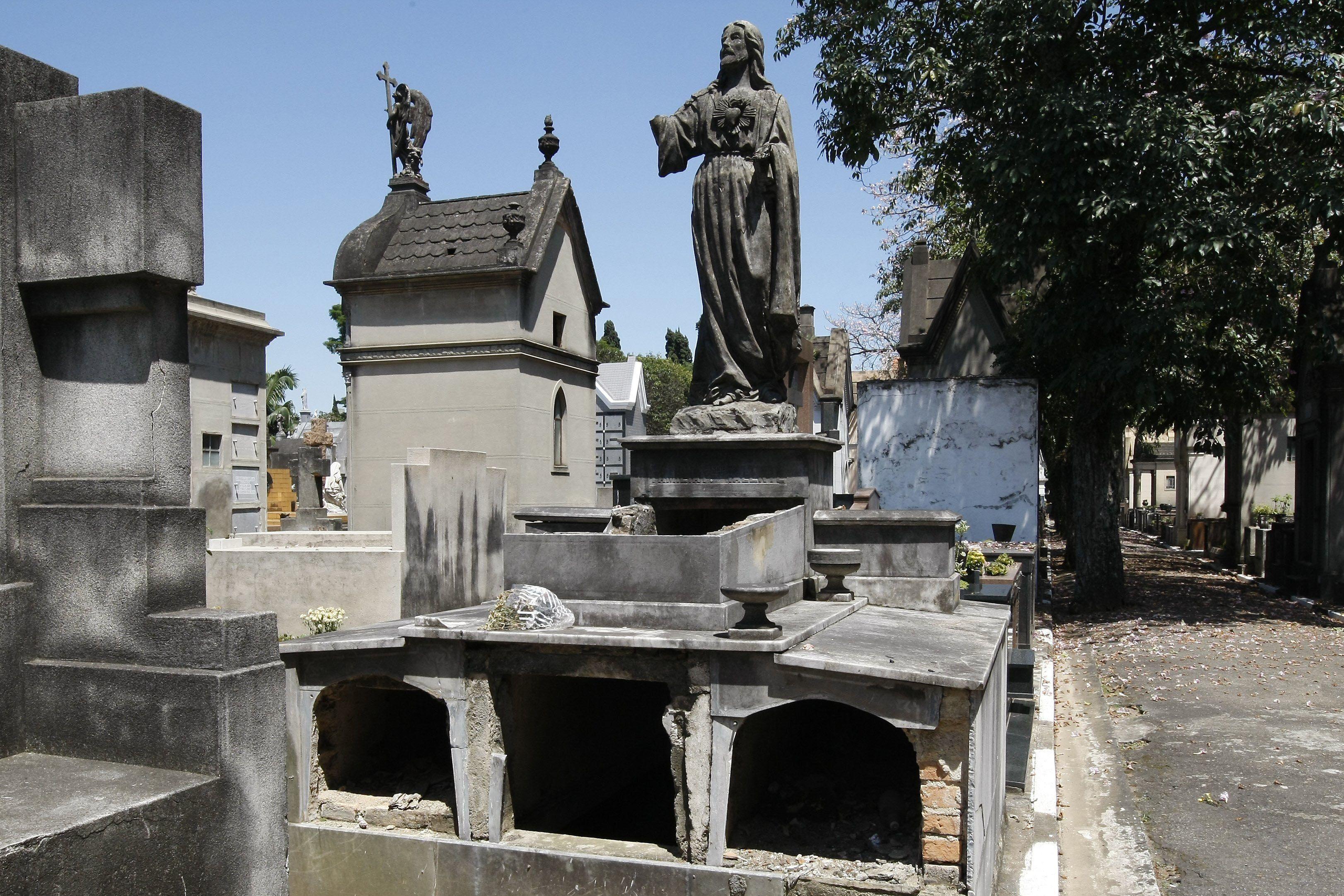 Cemitério do Araçá após onda de furtos / Luiz Carlos Murauskas/Folhapress